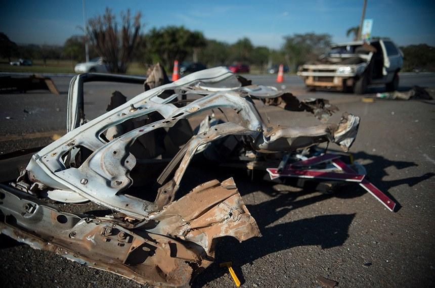 Acidente com dois carros no Eixão Sul, em Brasília, causou uma morte e deixou quatro pessoas feridas.
