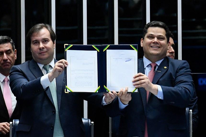 Os presidentes da Câmara, Rodrigo Maia, e do Senado, Davi Alcolumbre, durante promulgação da reforma