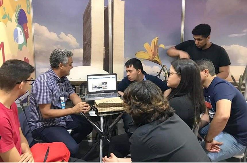Washington Brito apresenta o portal do Senado a estudantes na Feira do Livro do Recife
