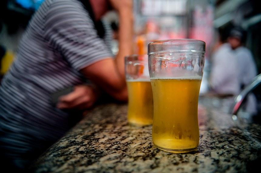 Marcelo Camargo/ABr  São Paulo – A quantidade de brasileiros que consome álcool semanalmente cresceu 20% nos últimos seis anos, aponta o 2° Levantamento Nacional de Álcool e Drogas (Lenad), divulgado hoje (10) pela Universidade Federal de São Paulo (Unifesp).