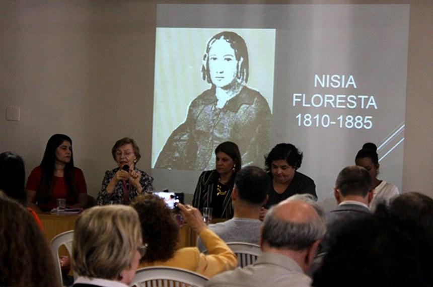 Lançamento do livro da escritora e educadora Nísia Floresta, no dia 11, na Feira do Livro de Porto Alegre. Ao centro a diretora-geral do Senado, Ilana Trombka e à sua esquerda, lendo, a coordenadora da Biblioteca do Senado, Patrícia Coelho.