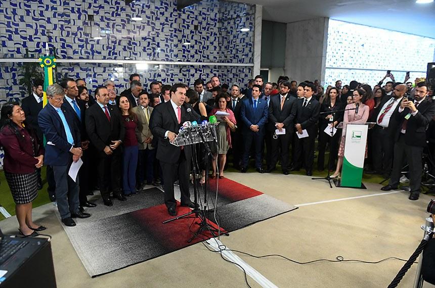 O presidente da Câmara dos Deputados, Rodrigo Maia (DEM-RJ), concede entrevista coletiva e anuncia um pacote com propostas de combate à desigualdade e à pobreza.   A Agenda de Desenvolvimento Social é dividida em cinco pilares e foi elaborada por um grupo formado por cinco deputados e um senador. O grupo ouviu especialistas de diferentes áreas. Coordenado pela deputada Tabata Amaral (PDT-SP), o grupo é formado pelos deputados Felipe Rigoni (PSB-ES), João Campos (PSB-PE), Pedro Cunha Lima (PSDB-PB) e Raul Henry (MDB-PE), além do senador Alessandro Vieira (Cidadania-SE).   Foto: Marcos Oliveira/Agência Senado