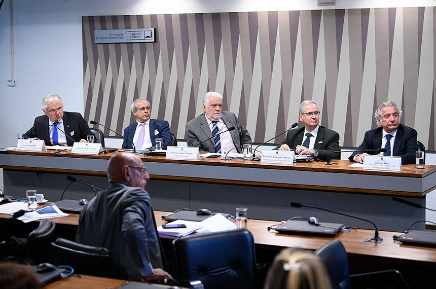 Debate reuniu representantes do Ministério das Minas e Energia, da Petrobras, dos trabalhadores e dos engenheiros do setor, que divergiram sobre projeto que muda exploração do pré-sal