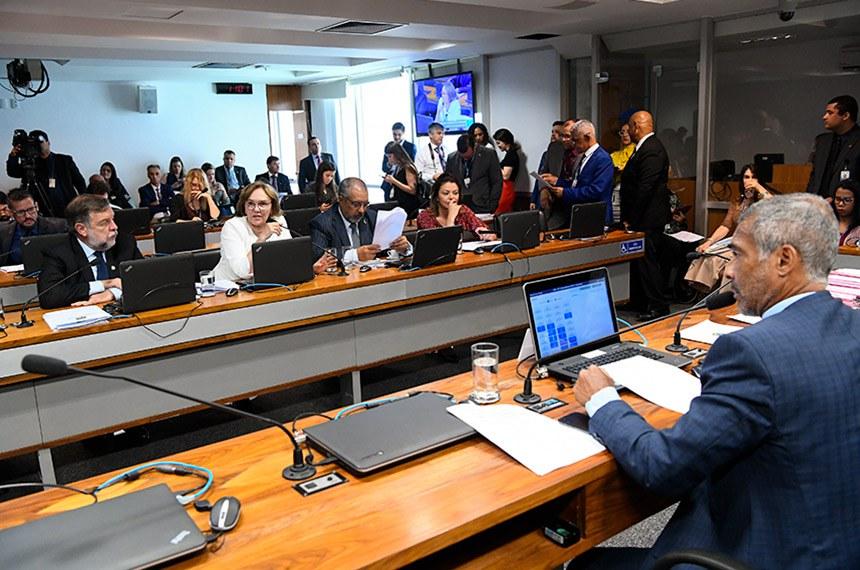 Comissão de Assuntos Sociais (CAS) realiza reunião com 32 itens. Entre eles, o PL 2.708/2019, que prevê oferta obrigatória de internação domiciliar por planos de saúde.  À mesa, presidente da CAS, senador Romário (Podemos-RJ).  Bancada: senador Flávio Arns (Rede-PR); senadora Zenaide Maia (Pros-RN);  senador Paulo Paim (PT-RS);  senadora Leila Barros (PSB-DF).   Foto: Geraldo Magela/Agência Senado