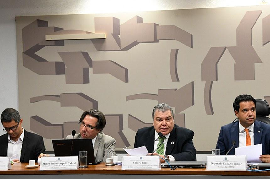 Comissão Mista Permanente sobre Mudanças Climáticas (CMMC) realiza audiência pública interativa preparatória para a Conferência das Nações Unidas sobre as Mudanças Climáticas (COP-25): propostas brasileiras para a regulamentação do Acordo de Paris e o papel do Parlamento.   Mesa:  coordenador de Comunicação do Observatório do Clima, Cláudio Ângelo;  chefe da Divisão de Meio Ambiente II do Ministério das Relações Exteriores, Marco Tulio Scarpelli Cabral;  ex-ministro do Meio Ambiente e secretário de Estado do Meio Ambiente do Distrito Federal, Sarney Filho;  relator da CMMC, deputado Edilázio Júnior (PSD-MA).   Foto: Jefferson Rudy/Agência Senado