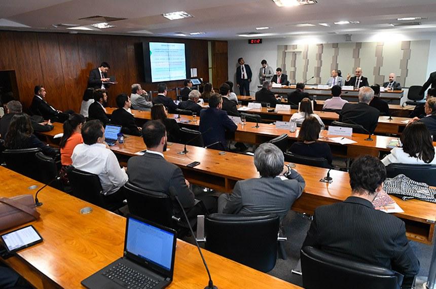 Comissão Mista da Medida Provisória (CMMPV) n° 897 de 2019, que institui o Fundo de Aval Fraterno e dispõe sobre o patrimônio de afetação de propriedades rurais, a Cédula Imobiliária Rural, a escrituração de títulos de crédito e a concessão de subvenção econômica para empresas cerealistas, e dá outras providências, realiza audiência pública interativa para debater a MP.   Mesa: relator da CMMPV 897/2019, deputado Pedro Lupion (DEM-PR);  vice-presidente da CMMPV 897/2019, deputado Benes Leocádio (Republicanos-RN); secretário adjunto de Política Agrícola do Ministério da Agricultura, Pecuária e Abastecimento (Mapa), José Ângelo Mazzillo Junior; subsecretário de Política Agrícola e Meio Ambiente, da Secretaria de Política Econômica do Ministério da Economia, Rogério Boueri Miranda.  Foto: Marcos Oliveira/Agência Senado