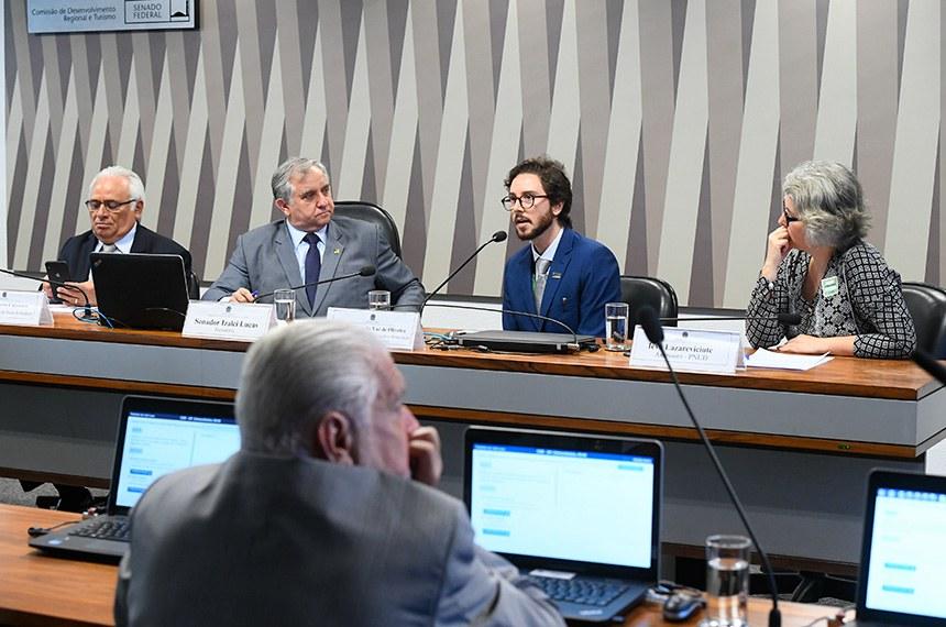 Comissão de Desenvolvimento Regional e Turismo (CDR) realiza audiência pública para avaliação do Programa Centros de Desenvolvimento Regional do ponto de vista do papel da ciência, tecnologia e inovação para o planejamento regional do Nordeste.   Mesa:  diretor de Planejamento do Banco do Nordeste (BNB), Perpétuo Socorro Cajazeiras;  presidente da CDR, senador Izalci Lucas (PSDB-DF);  coordenador geral de Cooperação e Articulação de Políticas da Superintendência de Desenvolvimento do Nordeste (Sudene), Renato Arruda Vaz de Oliveira;  assessora do Programa das Nações Unidas para o Desenvolvimento (Pnud) no Brasil, Ieva Lazareviciute;   Bancada:  senador Jaques Wagner (PT-BA).  Foto: Marcos Oliveira/Agência Senado