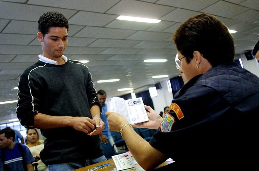 Foto: Marcos Bergamasco/Secom-MT  Data: 08 de julho de 2003 Local: Mato Grosso Palavra-chave: concurso público  Descrição: Inscrição no Concurso Público para preencher mil vagas na Polícia Militar (PM)
