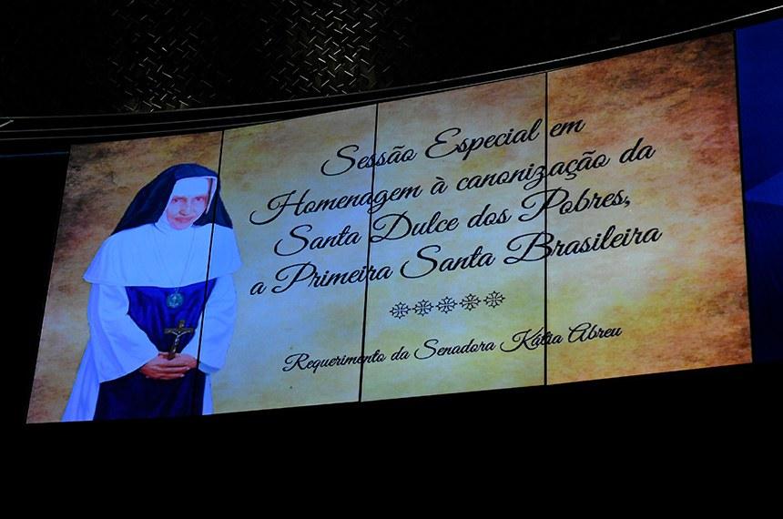 Plenário do Senado Federal durante sessão especial em homenagem à canonização da Santa Dulce dos Pobres, a primeira santa brasileira.  Tela de projeção.  Foto: Roque de Sá/Agência Senado