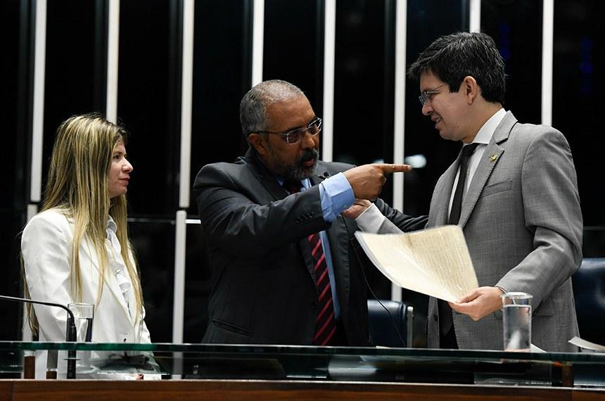 Paulo Paim (PT-RS) entrega carta de Ruy Barbosa a Randolfe Rodrigues (Rede-AP)