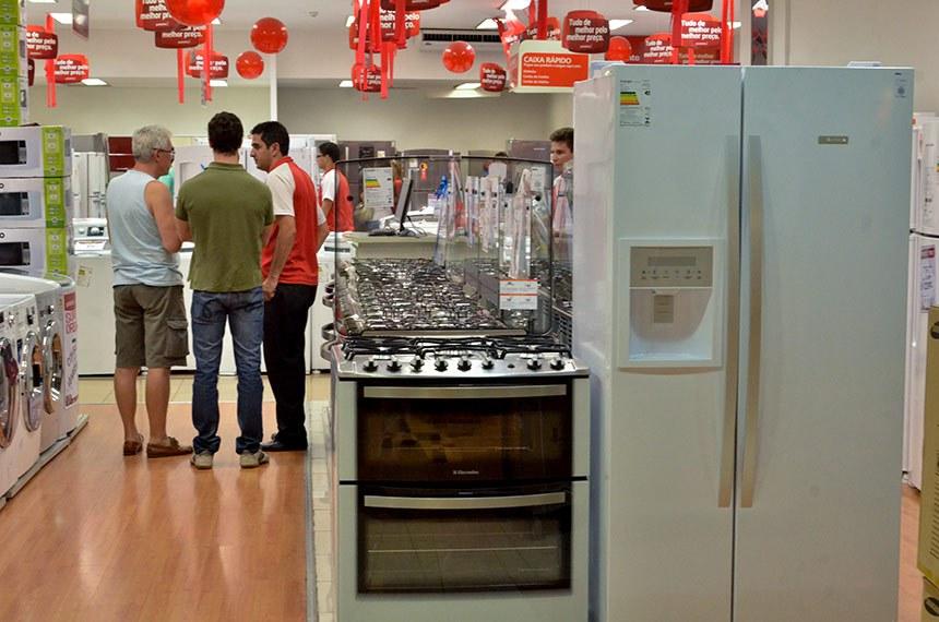Consumidores em lojas de shopping de brasília.