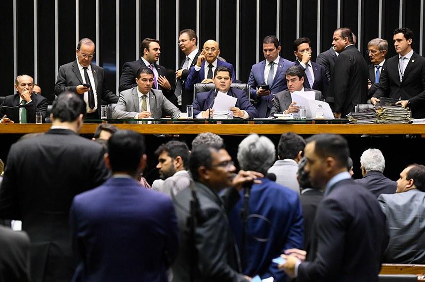 Plenário da Câmara dos Deputados durante sessão conjunta do Congresso Nacional destinada à apreciação de vetos e projetos de suplementação de verbas para diversos órgãos públicos.   À mesa, presidente do Senado Federal, senador Davi Alcolumbre (DEM-AP), conduz sessão.   Participam:  deputado Luis Miranda (DEM-DF);  senador Confúcio Moura (MDB-RO);  senador Jorginho Mello (PL-SC);  senador Marcelo Castro (MDB-PI);  secretário-geral da Mesa, Luiz Fernando Bandeira de Mello Filho.  Foto: Marcos Oliveira/Agência Senado