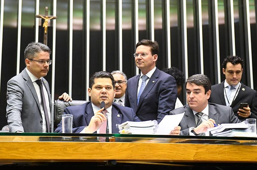 Davi Alcolumbre (ao lado do senador Alessandro Vieira, à esq.) preside a sessão conjunta
