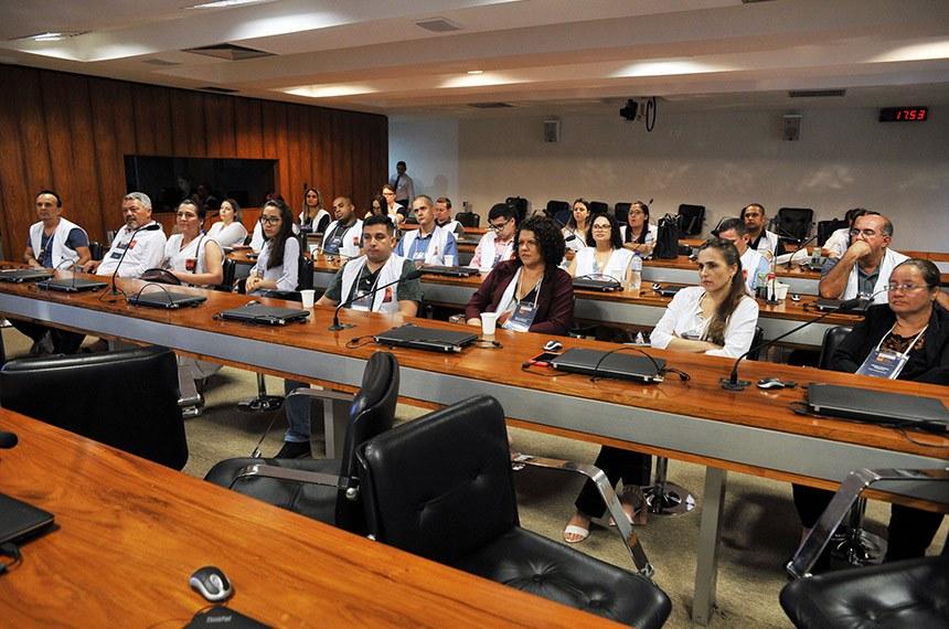 Professores dos estudantes participantes do projeto Jovem Senador assistem a palestra