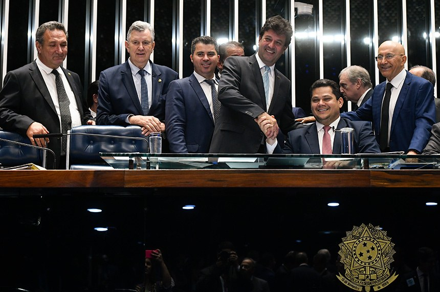 Plenário do Senado Federal durante sessão deliberativa extraordinária. Ordem do dia.   Participam: senador Lucas Barreto (PSD-AP);  senador Luis Carlos Heinze (PP-RS); senador Marcos Rogério (DEM-RO);  ministro de Estado da Saúde, Luiz Henrique Mandetta; presidente do Senado, senador Davi Alcolumbre (DEM-AP);  senador Eduardo Gomes (MDB-TO); senador Confúcio Moura (MDB-RO).  Foto: Marcos Oliveira/Agência Senado