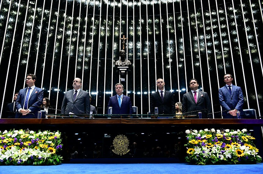 Plenário do Senado Federal durante sessão especial destinada a comemorar os 25 anos da Advocacia do Senado Federal (Advosf).   A Advocacia do Senado, antiga Consultoria-Geral, é um órgão de assessoramento superior que foi fundado em 15 de dezembro de 1994, por meio da Resolução nº 73/1994, com o objetivo de defender judicial e extrajudicialmente as prerrogativas da Casa e de seus membros.   Em posição de respeito, parlamentares e convidados acompanham execução do Hino Nacional do Brasil.  Mesa:  presidente do Conselho Secccional da Ordem dos Advogados do Brasil (OAB) no Distrito Federal, Délio Fortes Lins e Silva Júnior;  procurador-geral da República, Antônio Augusto Brandão de Aras;  vice-presidente do Senado Federal, senador Antonio Anastasia (PSDB-MG);  advogado-geral da União, André Luiz de Almeida Mendonça;  presidente do Conselho Federal da Ordem dos Advogados do Brasil (OAB), Felipe Santa Cruz;  advogado-geral do Senado Federal, Fernando Cesar de Souza Cunha.  Foto: Geraldo Magela/Agência Senado