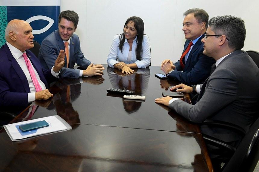 """O deputado federal Alex Manente (Cidadania-SP), autor da PEC da prisão em segunda instância (PEC 199/2019), se reúne com parlamentares que integram o grupo """"Muda Senado, Muda Brasil"""" para discutirem novas estratégias sobre como o Congresso Nacional pode dar respostas à sociedade no combate à impunidade e à corrupção.   Participam:  deputado federal Alex Manente (Cidadania-SP);  senador Alessandro Vieira (Cidadania-SE);  senador Alvaro Dias (Podemos-PR);  senador Lasier Martins (Podemos-RS);  senadora Eliziane Gama (Cidadania-MA);  senadora Juíza Selma (Podemos-MT).  Foto: Marcos Oliveira/Agência Senado"""