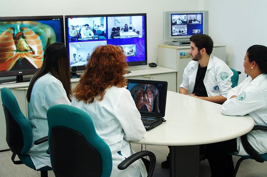 Centro de Tecnologia da Faculdade de Medicina – grupo em videoconferência com o Centro de Tecnologia do Prédio Saúde do Futuro (no Hospital das Clínicas), com a Universidade do Estado do Amazonas e com a Universidade Federal de Minas Gerais – discussão de acesso cirúrgico à via aérea.