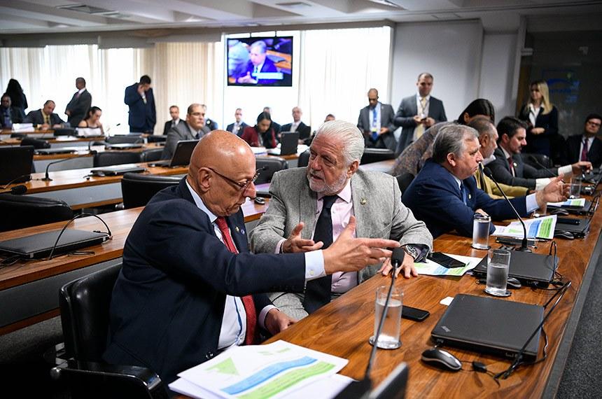 Comissão de Relações Exteriores e Defesa Nacional (CRE) realiza reunião com 6 itens. Entre eles o PL 1.645/2019, que reestrutura carreira e previdência dos militares.  (E/D): senador Esperidião Amin (PP-SC);  senador Jaques Wagner (PT-BA). senador Izalci Lucas (PSDB-DF).  Foto: Pedro França/Agência Senado