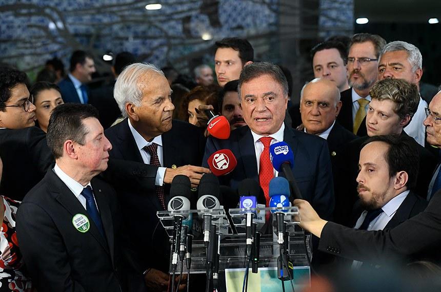 Deputados e senadores de diversos partidos lançam a Frente Parlamentar Mista em Defesa da Segunda Instância.  O grupo quer pressionar pela votação no Senado de um projeto de lei que regulamenta o tema, o que seria mais simples de aprovar do que a PEC que tramita na Câmara.  Participam: deputado José Nelto (PODE-GO); senador Oriovisto Guimarães (Podemos-PR); senador Alvaro Dias (Podemos-PR),  entrevistado; deputado Marcel van Hattem (Novo-RS); senador Lasier Martins (Podemos-RS);  senador Major Olimpio (PSL-SP);  deputado Paulo Ganime (Novo-RJ).  Foto: Marcos Oliveira/Agência Senado
