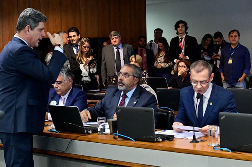 Relator, Rogério Carvalho, conversa com o senador Paulo Paim na CAS