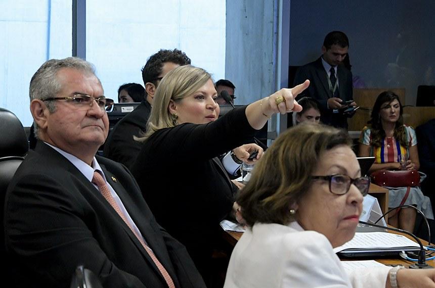 A Comissão Parlamentar Mista de Inquérito (CPI) das Fake News, que investiga a divulgação de notícias falsas nas redes sociais e assédio virtual, realiza oitiva decorrente do Requerimento nº 240/2019.   Mesa:  depoente, deputada Joice Hasselmann (PSL-SP);  presidente da CPMI das Fake News, senador Angelo Coronel (PSD-BA);  relatora da CPMI das Fake News, deputada Lídice da Mata (PSB-BA).  Foto: Geraldo Magela/Agência Senado