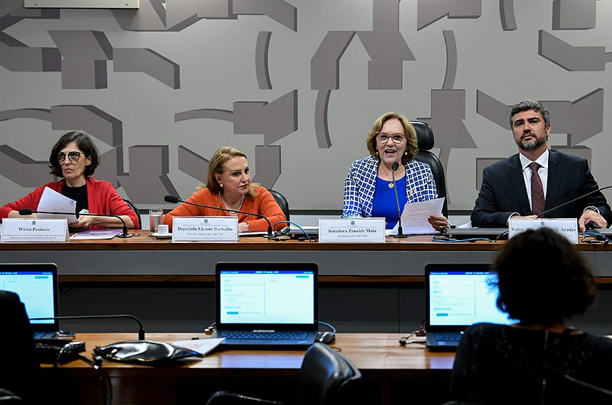 Comissão Permanente Mista de Combate à Violência contra a Mulher (CMCVM) realiza audiência pública interativa para tratar sobre o Formulário Nacional de Risco e de Proteção à Vida (Frida).  Mesa: socióloga, perita nacional do Projeto Diálogos União Europeia-Brasil, componente da equipe de desenvolvimento do Formulário Nacional de Risco e de Proteção à Vida (Frida), Wânia Pasinato; vice-presidente da CMCVM, deputada Elcione Barbalho (MDB-PA); presidente da CMCVM, senadora Zenaide Maia (Pros-RN); juiz federal, conselheiro do Conselho Nacional do Ministério Público, autor e coordenador do Formulário Nacional de Risco e de Proteção à Vida (Frida), Valter Shuenquener de Araújo.  Foto: Jefferson Rudy/Agência Senado