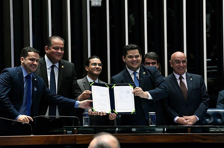 Davi Alcolumbre na sessão de promulgação da emenda, com os senadores Eduardo Gomes e Confúcio Moura e deputados