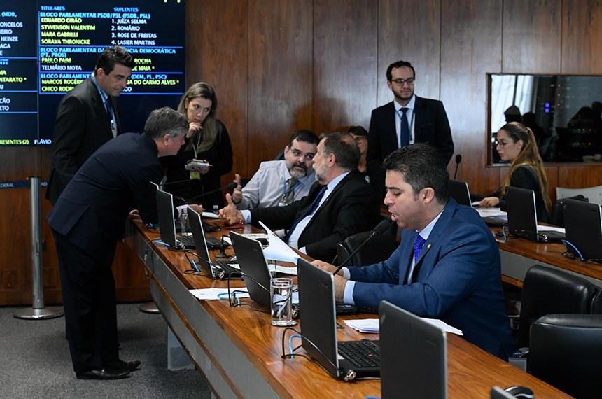 Comissão de Direitos Humanos e Legislação Participativa (CDH) realiza reunião com 59 itens. Entre eles, o PL 2.902/2019, que prioriza a mulher na contratação de financiamento habitacional.  Em pronunciamento, à bancada, senador Marcos Rogério (DEM-RO). À esquerda, senador Flávio Arns (Rede-PR).  Foto: Roque de Sá/Agência Senado