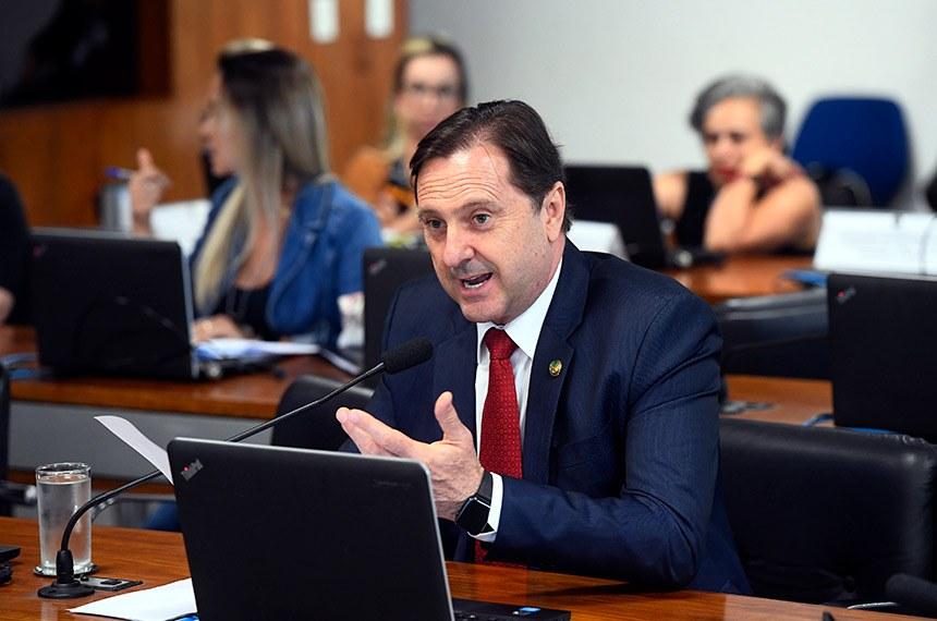 Comissão de Agricultura e Reforma Agrária (CRA) realiza reunião deliberativa com 07 itens. Na pauta, o PLC 111/2015, que aprova consórcio para compra de máquinas de poços artesianos.   À bancada, em pronunciamento, senador Acir Gurgacz (PDT-RO).  Foto: Marcos Oliveira/Agência Senado