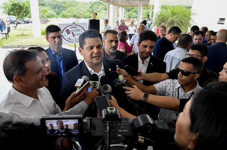 Presidente do Senado Federal, senador Davi Alcolumbre (DEM-AP), participa de viagem ao Cruzeiro do Sul, na região Noroeste do Acre, para tratar sobre a destinação de recursos do orçamento para a contratação de um estudo de viabilidade econômica e financeira referente à construção de uma ponte sobre o Rio Juruá, que facilitará a ligação rodoviária do Brasil ao Peru.   Participam:  governador do Acre, Gladson Cameli;  senador Marcio Bittar (MDB-AC);  senadora Mailza Gomes (PP-AC).  Foto: Marcos Brandão/Senado Federal