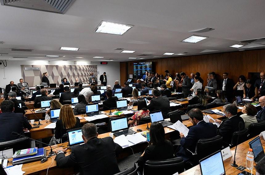 Comissão de Constituição, Justiça e Cidadania (CCJ) realiza reunião com 30 itens. Entre eles, a PEC Paralela da Previdência (PEC 133/2019).  Mesa: presidente da CCJ, senadora Simone Tebet (MDB-MS); relator da PEC 133/2019, senador Tasso Jereissati (PSDB-CE).  Bancada: senador Esperidião Amin (PP-SC); senador Jorge Kajuru (Cidadania-GO); senador Oriovisto Guimarães (Podemos-PR);  senador Eduardo Braga (MDB-AM);  senador Fernando Bezerra Coelho (MDB-PE);  senador Paulo Paim (PT-RS); senador Antonio Anastasia (PSDB-MG); senador Mecias de Jesus (Republicanos-RR).  Foto: Edilson Rodrigues/Agência Senado