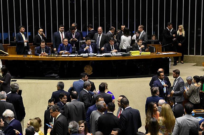 Plenário da Câmara dos Deputados durante sessão conjunta do Congresso Nacional destinada à deliberação de destaques de vetos e de projetos de créditos orçamentários. Participam à mesa: senador Plínio Valério (PSDB-AM); senador Roberto Rocha (PSDB-MA); presidente do Senado Federal, senador Davi Alcolumbre (DEM-AP); senador Weverton (PDT-MA); senador Fernando Bezerra Coelho (MDB-PE); senador Eduardo Braga (MDB-AM); secretário-geral da Mesa, Luiz Fernando Bandeira de Mello Filho; senadora Simone Tebet (MDB-MS). Foto: Jefferson Rudy/Agência Senado