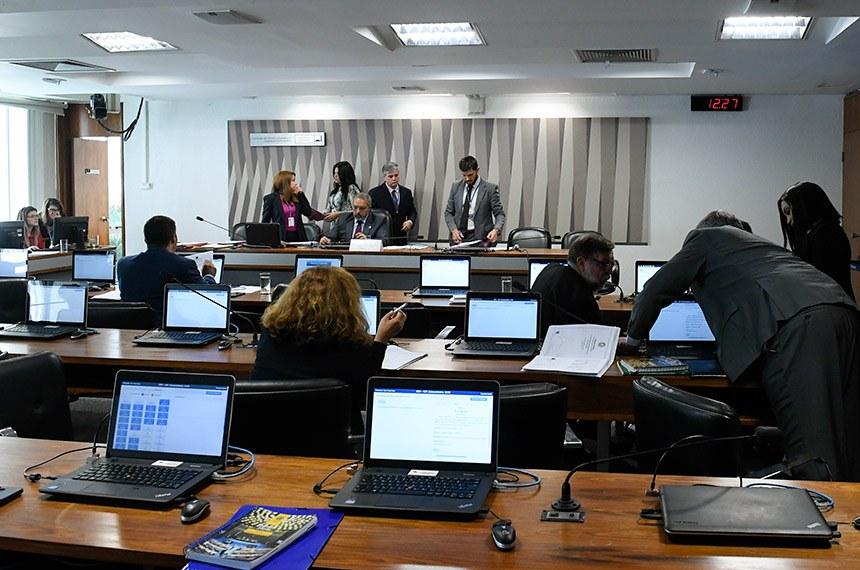Comissão de Direitos Humanos e Legislação Participativa (CDH) realiza reunião com 59 itens. Entre eles, o PL 2.902/2019, que prioriza a mulher na contratação de financiamento habitacional.  À mesa, presidente da CDH, senador Paulo Paim (PT-RS).  Foto: Roque de Sá/Agência Senado