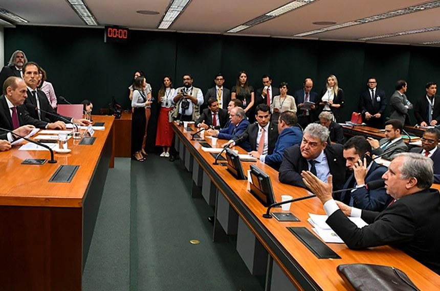 Comissão Mista de Planos, Orçamentos Públicos e Fiscalização (CMO) realiza reunião com 5 itens. Na pauta, o PLN 24/2019, que abre crédito suplementar de 490 milhões em favor da Codesa, Codesp e Infraero.  Mesa: senadora Soraya Thronicke (PSL-MS); deputado Dagoberto Nogueira (PDT-MS); presidente da CMO, senador Marcelo Castro (MDB-PI); secretário da CMO, Walbinson Tavares de Araújo.  Em pronucniamento, à bancada, senador Izalci (PSDB-DF).  Foto: Roque de Sá/Agência Senado