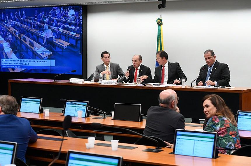 Comissão Mista de Planos, Orçamentos Públicos e Fiscalização (CMO) realiza reunião deliberativa. Na pauta, relatórios apresentados ao Plano Plurianual (PPA) 2020-2023 e ao Projeto de Lei Orçamentária Anual (PLOA) de 2020.   Mesa:  relator-geral do Projeto de Lei Orçamentária (LOA), deputado Domingos Neto (PSD-CE);  presidente da CMO, senador Marcelo Castro (MDB-PI);  secretário da CMO, Walbinson Tavares de Araújo;  senador Eduardo Gomes (MDB-TO).  Foto: Marcos Oliveira/Agência Senado