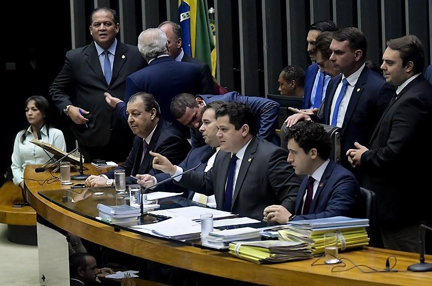 Plenário da Câmara dos Deputados durante sessão conjunta do Congresso Nacional destinada à apreciação de destaques aos vetos 35 e 44 de 2019 e de projetos de créditos orçamentários.   Em discurso, à tribuna, senadora Eliziane Gama (Cidadania-MA).  Mesa:  senador Eduardo Gomes (MDB-TO);  senador Omar Aziz (PSD-AM);  presidente da Câmara dos Deputados, deputado Rodrigo Maia (DEM-RJ); presidente do Senado Federal, senador Davi Alcolumbre (DEM-AP);  diretor da Secretaria do Congresso Nacional, Waldir Bezerra Miranda; deputado Felipe Francischini (PSL-PR); senador Flávio Bolsonaro (sem partido-RJ).  Foto: Waldemir Barreto/Agência Senado