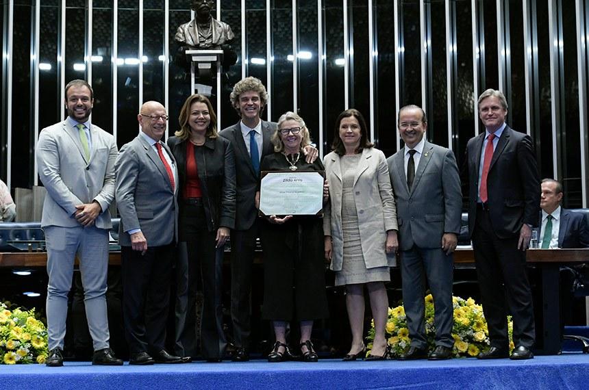 Plenário do Senado Federal durante sessão de premiações e condecorações - Entrega da Comenda Zilda Arns.   Em sua 1ª edição, a homenagem é destinada a reconhecer indivíduos e organizações que se destacam na área da proteção à criança e ao adolescente.   Os senadores Jorginho Mello (PL-SC), Leila Barros (PSB-DF), Dário Berger (MDB-SC) e Esperidião Amin (PP-SC), juntamente com o ex-tenista profissional brasileiro, Gustavo Kuerten (Guga), entregam comenda à presidente do Instituto Guga Kuerten, Alice Kuerten.  Foto: Geraldo Magela/Agência Senado