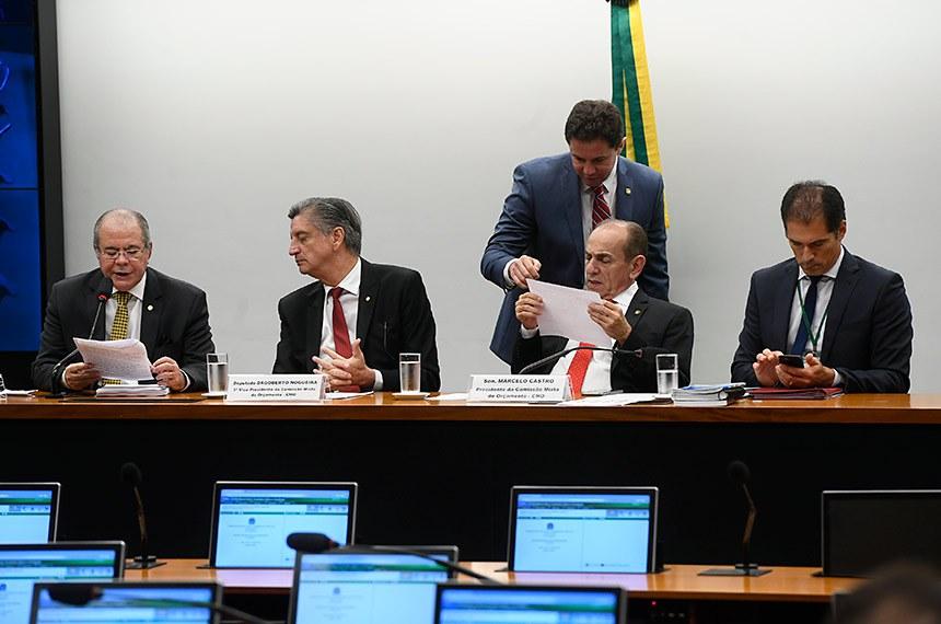 Comissão Mista de Planos, Orçamentos Públicos e Fiscalização (CMO) realiza reunião deliberativa. Na pauta, relatórios apresentados ao Plano Plurianual (PPA) 2020-2023 e ao Projeto de Lei Orçamentária Anual (PLOA) de 2020.   Mesa:  relator setorial da Área Temática Saúde - Área II, deputado Hildo Rocha (MDB-MA);  primeiro vice-presidente da CMO, deputado Dagoberto Nogueira (PDT-MS);  presidente da CMO, senador Marcelo Castro (MDB-PI);  secretário da CMO, Walbinson Tavares de Araújo.  Foto: Marcos Oliveira/Agência Senado
