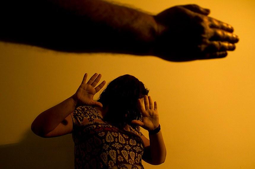 BIE - 03/10/2012 - Violência contra a mulher  A Lei Maria da Penha (Lei 11.340/06) tornou mais rigorosa a punição para agressões contra a mulher quando ocorridas no âmbito doméstico e familiar. A lei entrou em vigor no dia 22 de setembro de 2006 e o primeiro caso de prisão com base nas novas normas - a de um homem que tentou estrangular sua mulher - ocorreu no Rio de Janeiro. O nome da lei é uma homenagem a Maria da Penha Maia, que foi agredida pelo marido durante seis anos até se tornar paraplégica, depois de sofrer atentado com arma de fogo, em 1983.  Foto: Marcos Santos/USP Imagens
