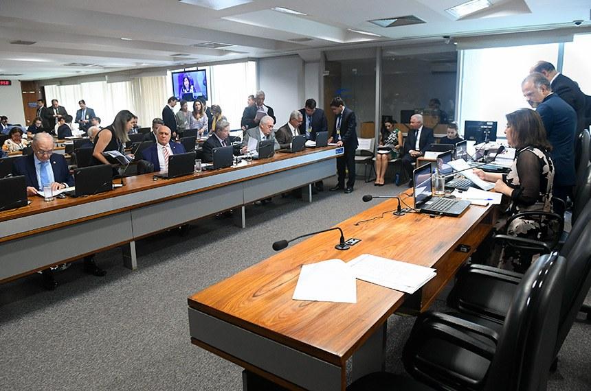 Parlamentares falaram sobre decisão do TSE na reunião da comissão nesta quarta-feira