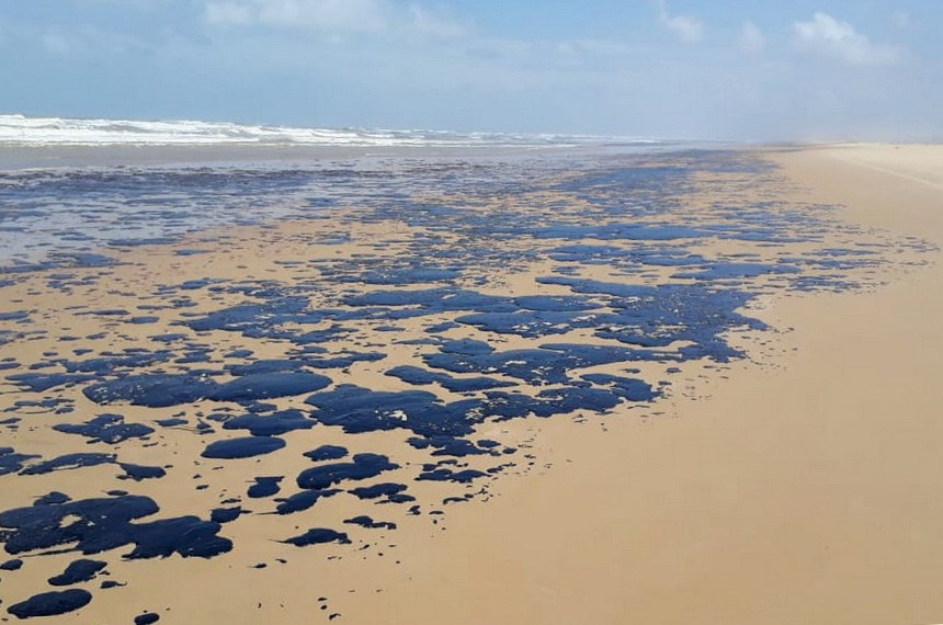 09.10.2019 Manchas de óleo que atingiram as prais do nordeste brasileiro. Praia no Sergipe