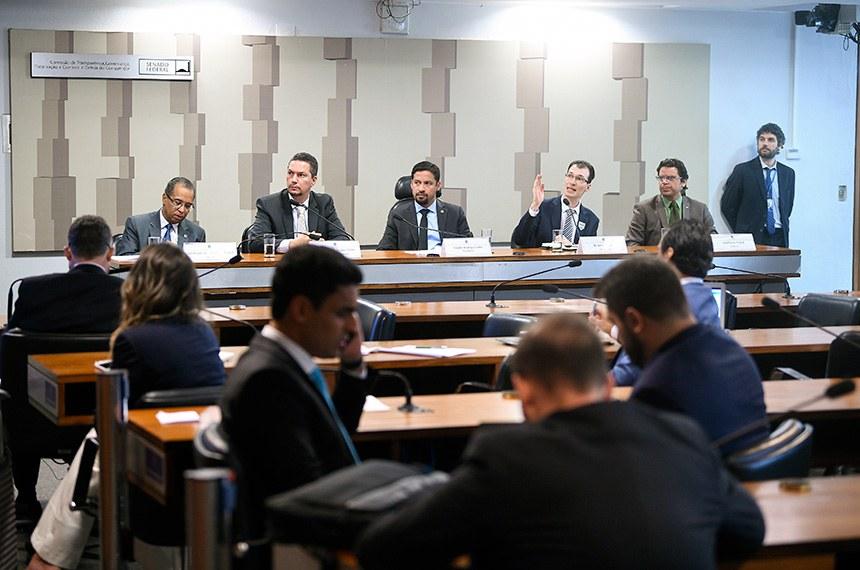Comissão de Transparência, Governança, Fiscalização e Controle e Defesa do Consumidor (CTFC) realiza audiência pública interativa para tratar sobre o Programa de Apoio ao Desenvolvimento Tecnológico da Indústria de Semicondutores e Displays (Padis) com foco na produção de células fotovoltaicas.  Mesa: coordenador-geral de Estímulo ao Desenvolvimento de Negócios Inovadores, da Secretaria de Empreendedorismo e Inovação do Ministério da Ciência, Tecnologia, Inovações e Comunicações (MCTIC), Henrique de Oliveira Miguel; analista de Comércio Exterior da Secretaria Especial de Produtividade, Emprego e Competitividade do Ministério da Economia, José Ricardo Ramos Sales; presidente da CTFC, senador Rodrigo Cunha (PSDB-AL); presidente Executivo da Associação Brasileira de Energia Solar Fotovoltaica (Absolar), Rodrigo Sauaia; diretor do Grupo Setorial de Módulos Fotovoltaicos da Associação Brasileira da Indústria Elétrica e Eletrônica (Abinee), Adalberto Maluf.  Foto: Pedro França/Agência Senado