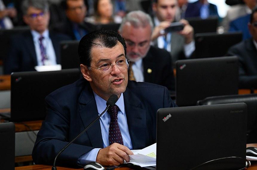 Comissão de Assuntos Econômicos (CAE) realiza reunião deliberativa com 21 itens. Entre eles, o PLC 219/2015, que atualiza o marco legal das franquias.   À bancada, em pronunciamento, senador Eduardo Braga (MDB-AM).  Foto: Geraldo Magela/Agência Senado