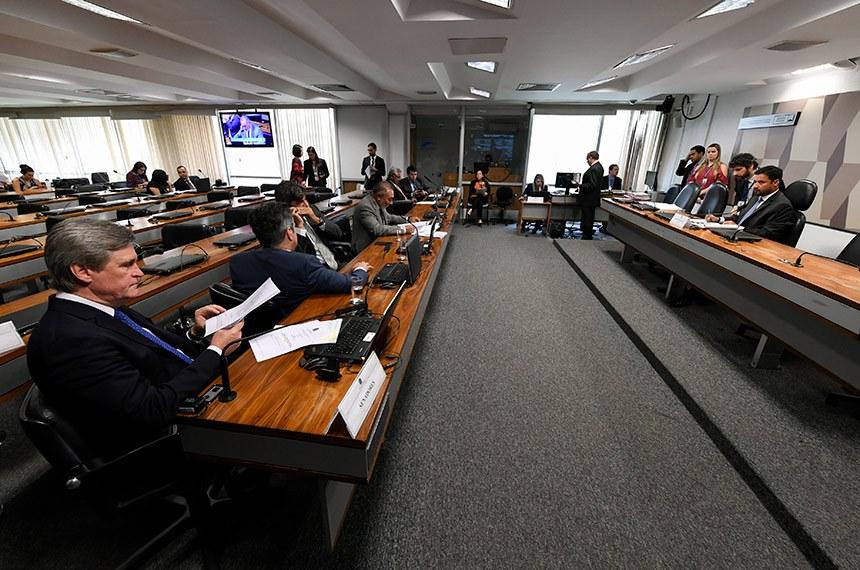 Comissão de Transparência, Governança, Fiscalização e Controle e Defesa do Consumidor (CTFC) realiza reunião com 13 itens, entre eles o PL 3.617/2019, que pune com multa quem não fizer contrapropaganda de publicidade enganosa.  Presidente da CTFC, senador Rodrigo Cunha (PSDB-AL) à mesa conduz reunião.  Bancada: senador Dário Berger (MDB-SC);  senador Telmário Mota (Pros-RR); senador Major Olimpio (PSL-SP).  Foto: Edilson Rodrigues/Agência Senado