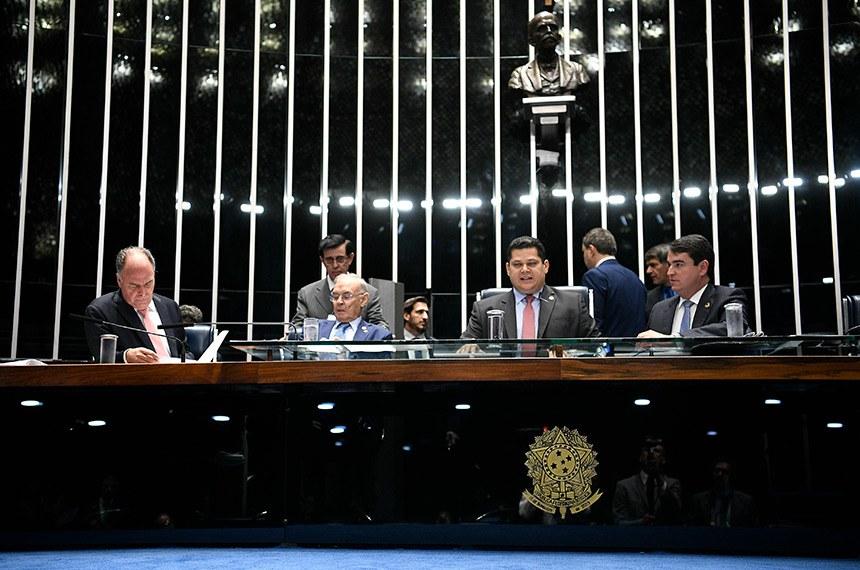 Plenário do Senado Federal durante sessão deliberativa extraordinária.   Mesa:  senador Fernando Bezerra Coelho (MDB-PE);  senador Arolde de Oliveira (PSD-RJ);  presidente do Senado Federal, senador Davi Alcolumbre (DEM-AP);  secretário-geral da Mesa, Luiz Fernando Bandeira de Mello Filho.  Foto: Pedro França/Agência Senado