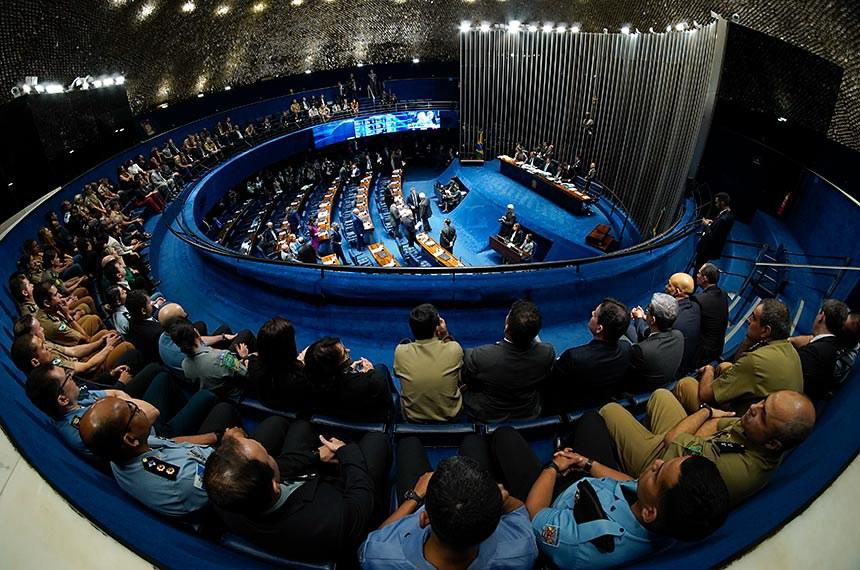 Plenário do Senado Federal durante sessão deliberativa ordinária. Ordem do dia.  O PL 1.645/2019, que reestrutura a carreira e modifica a Previdência dos militares, é o item único no Plenário.    Da galeria, militares acompanham sessão.  Mesa: 2º secretário do Senado, senador Eduardo Gomes (MDB-TO); presidente do Senado, senador Davi Alcolumbre (DEM-AP); secretário-geral da Mesa, Luiz Fernando Bandeira de Mello Filho.  Foto: Roque de Sá/Agência Senado