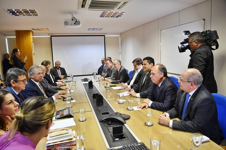 Presidentes do Senado e da Câmara e parlamentares na reunião com o ministro da Economia