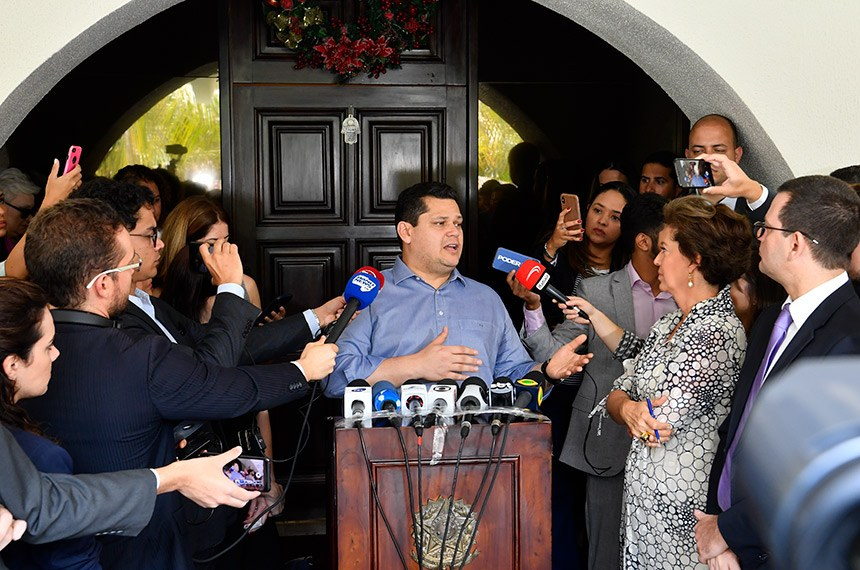 Presidente do Senado, senador Davi Alcolumbre (DEM-AP), concede entrevista após café da manhã com jornalistas, na residênca oficial.  Foto: Marcos Brandão/Senado Federal