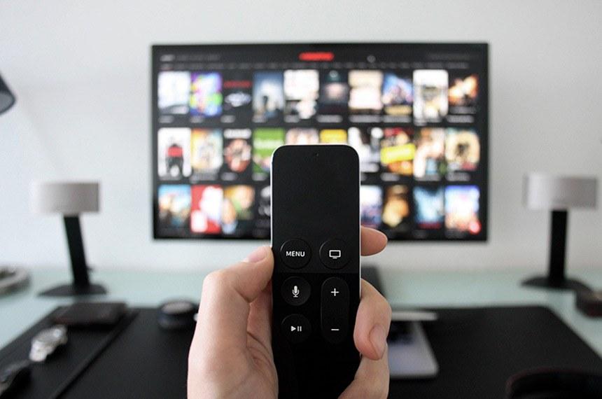 Telespectador usuário de TV à cabo. Canais, TV paga.   Matéria: STJ: TV a cabo em quartos de hotel gera obrigação de pagamento ao Ecad.   Foto: Reprodução/Portal Jurídico Estudar o Direito
